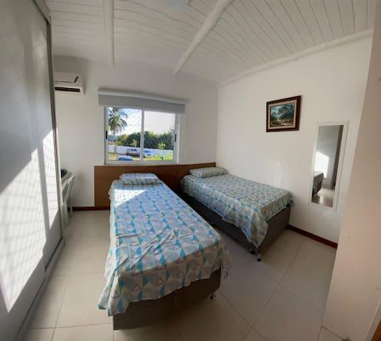 Quarto com duas camas box solteiros com cama auxiliar embaixo