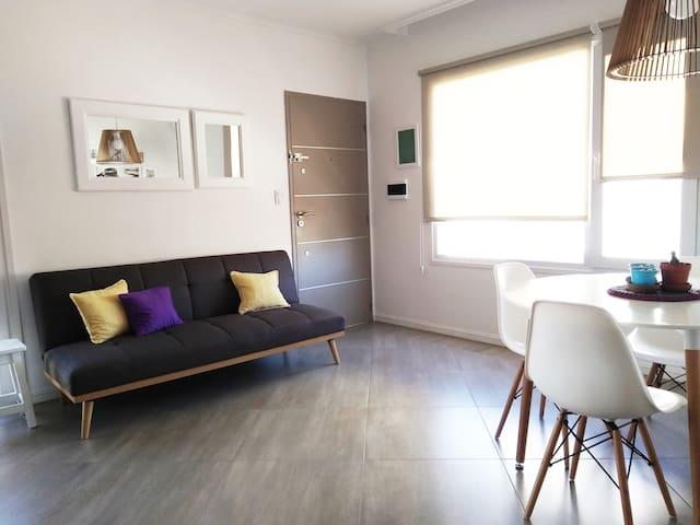Amplio living comedor integrado con gran luz natural.