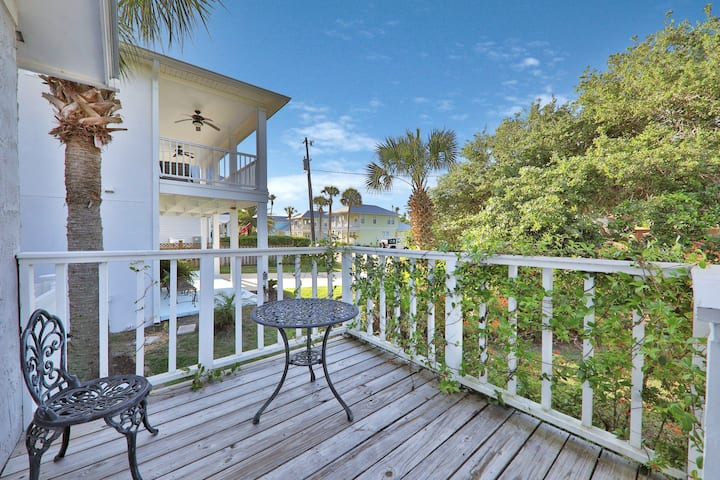 New listing! Inviting beach house, short walk from the beach, shopping & dining!