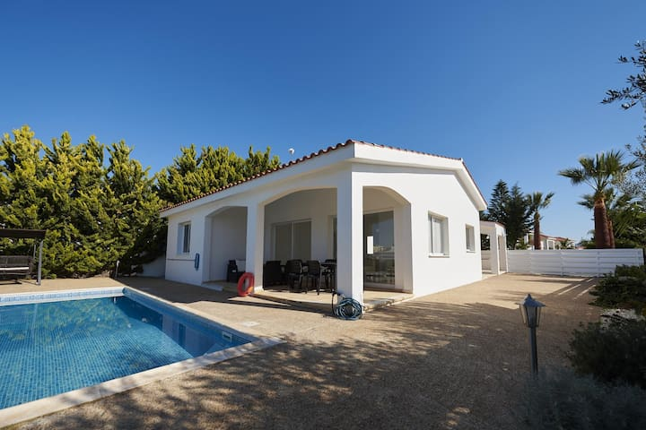 Bungalow Casa Bonita (Coral Bay) - Modern Bungalow with a Private Pool, BBQ and Free WIFI - 5 mins walk to the beach