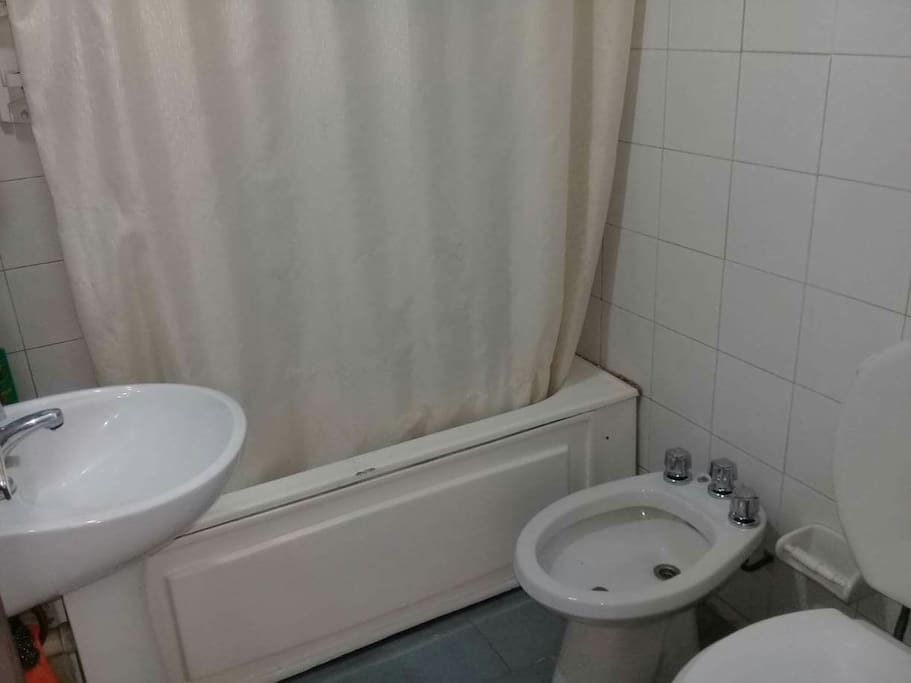 Baño con secador de pelo.
