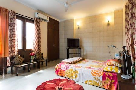 Spacious room + garden view & helpful staff - GK 2 - Apartment