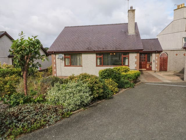 ERYL, pet friendly, with open fire in Nefyn, Ref 985586