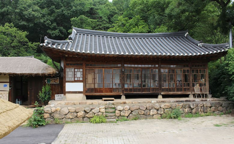 Korean Traditional house Hanok Room for 4 (한옥 4인실)