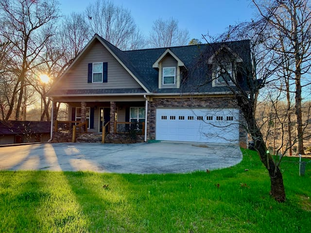Large Lake Front Home. Pet Friendly. Close to I85.