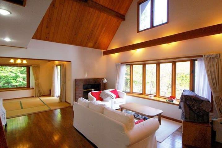 旧軽井沢ハッピーバレー近くの大型別荘。最大7名利用可能!ご家族やご友人と森の中で休日を。