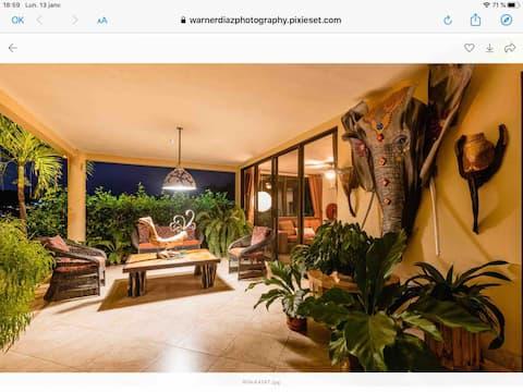 Luxurius condominio enorme ventana vista valle Hermosa