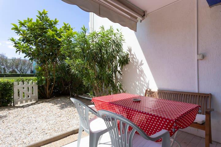 Studio 2* cabine rde jardin 2 mn plage + parking