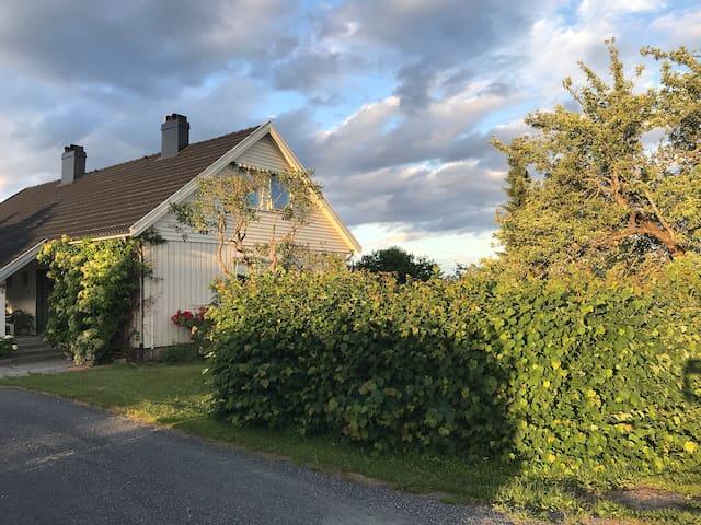 Leilighet med fin utsikt - solrik og usjenert hage