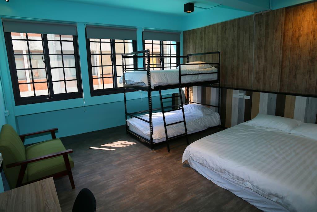 獨特雙人床加上下鋪的組合營造歡樂的親子空間