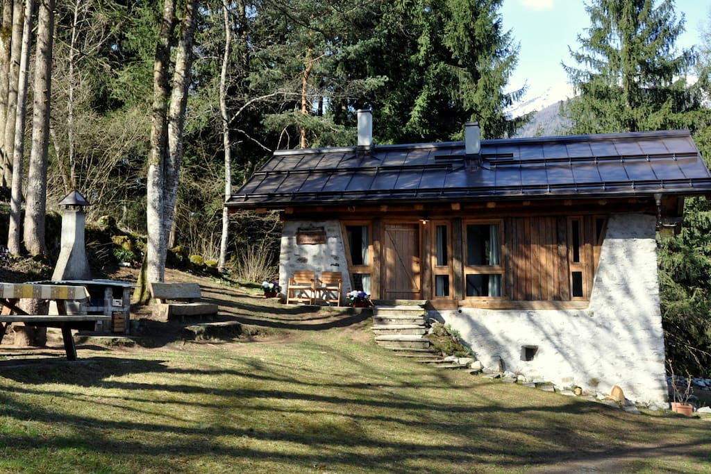 Mountainhouse Maso Francesco with a large garden, a stone grill and a picnic table.