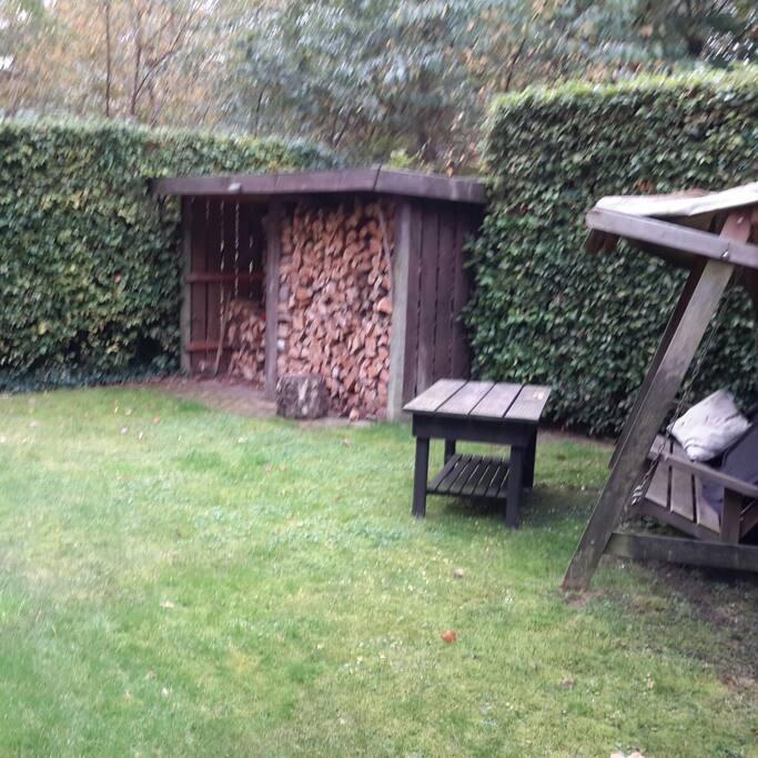 schommelbank in de tuin