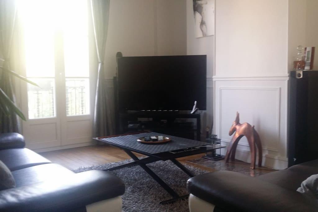 Coin salon 16m2 comprennant 2 canapés (3places + 2 places) / TV 140cm LED + Home cinéma / Table pouvant être converti en table à manger (chaises fournies lors de la réservation)