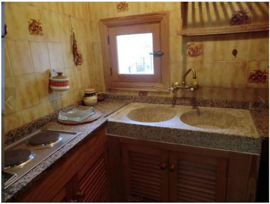 Kleine Küche und trotzdem alles für den kleinen Imbiss oder Frühstück vorhanden. Ein eigener kleiner Kühlschrankt steht im Aussenbereich den Gästen zur Verfügung!