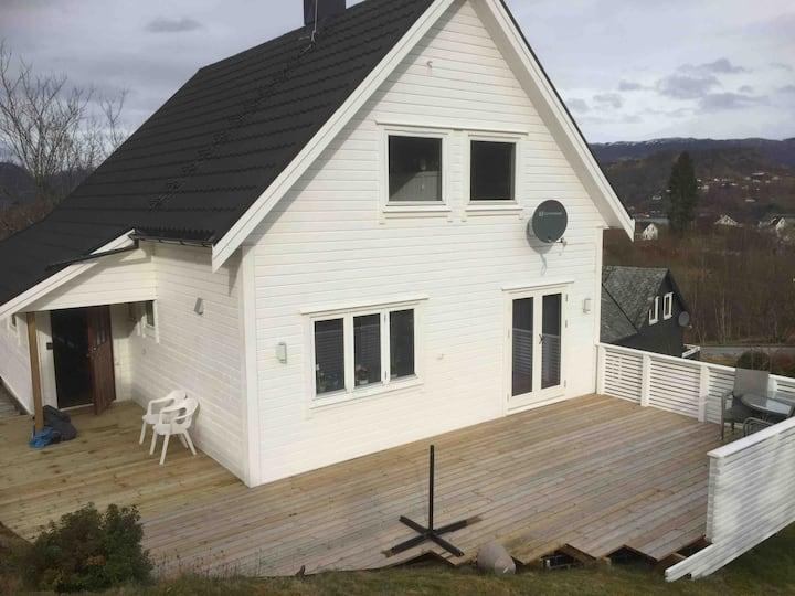 Koselig hus/m flott utsikt og 4 soverom i Skånevik