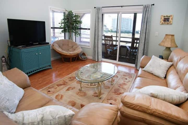 Dunes Pointe 15F, Lovely 3 Bedroom Condo with Indoor Outdoor Swimming Pool and Beautiful Marsh Views