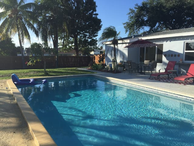 Coconut Lounge with Private Pool, Huge Backyard - Palm Beach - Ház
