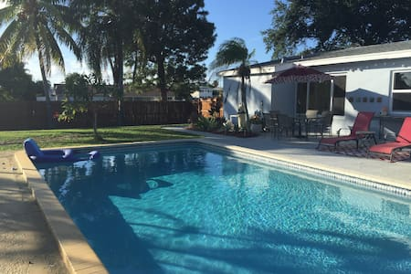Coconut Lounge with Private Pool, Huge Backyard - Palm Beach - Σπίτι