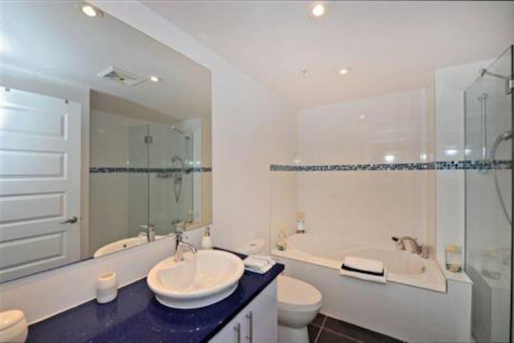 Chez vous mtl avec jardin privee apartments for rent for Don meuble montreal