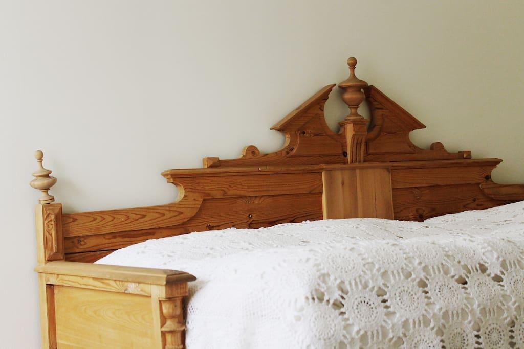 Skön säng omsluten av vacker bäddsoffa.