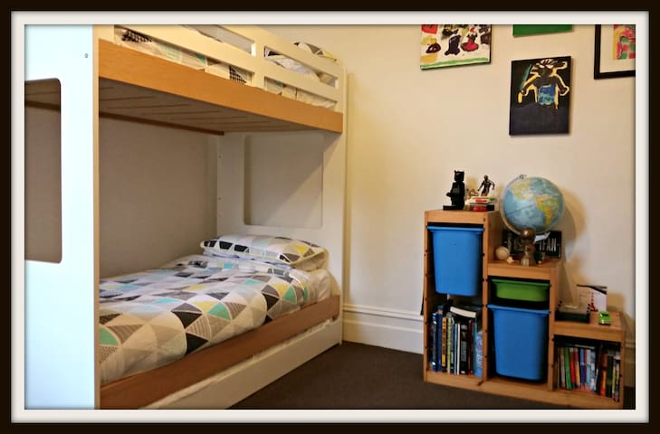 Kids room: sleeps up to 3 kids