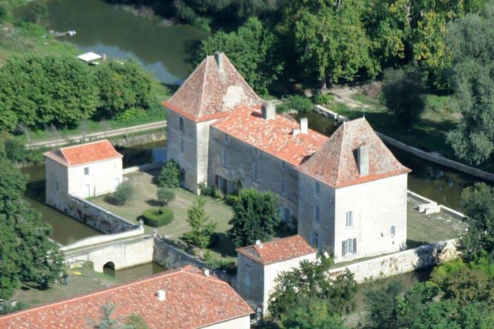 chateau XVII siecle , avec  douves