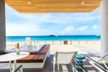 Beachfront 1 Bedroom Resort Condo with Terrace, Hot Tub, Breathtaking Views + Extra Sofabed
