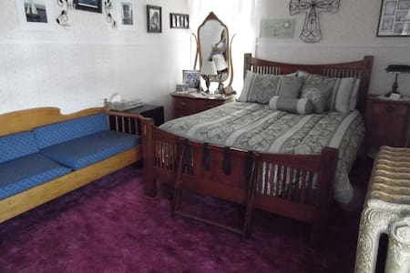 Hydeout Bed & Breakfast - Shirley's room