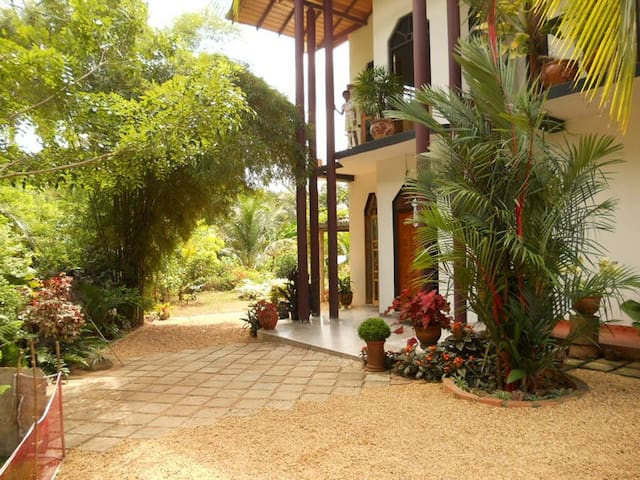 Quiet place with a beautiful garden - Gampaha - Bed & Breakfast