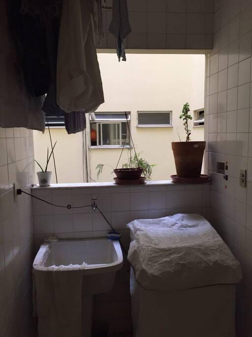 Área de serviço com lavanderia / Laundry and service area