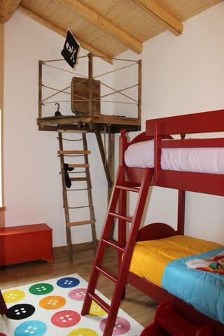 Camera Giulia con due letti a castello rossi