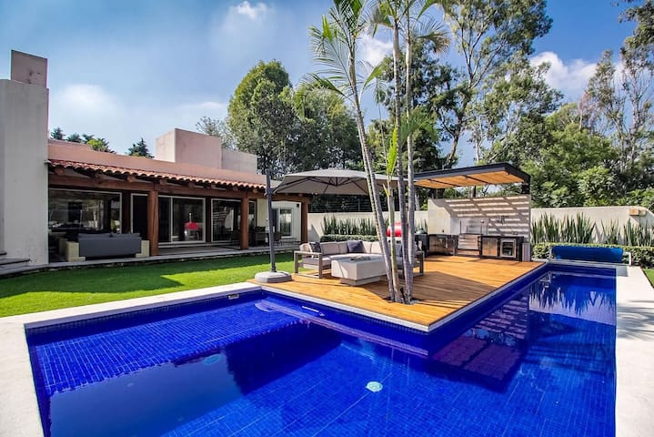Residencia en privada con alberca caliente, jardin