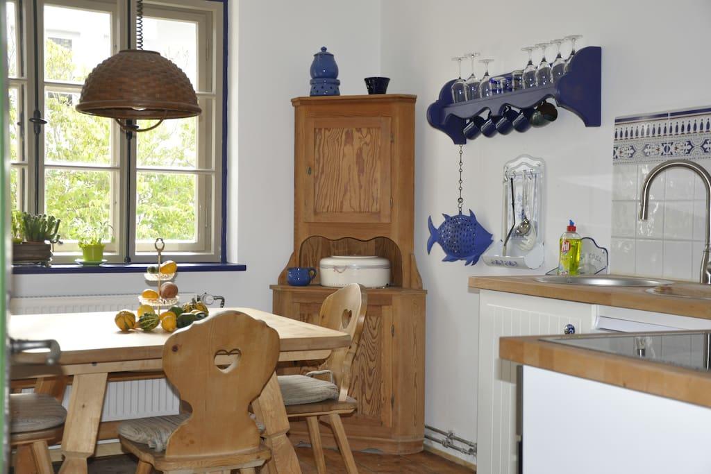 Ein großer Tisch in der Küche lädt ein, gemeinsam zu essen oder auch zu spielen...