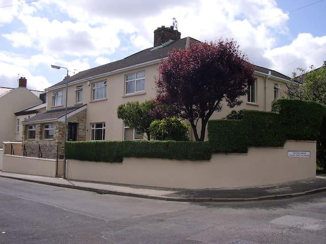 OAKVILLA  Derry City Private carparking WIFI - Londonderry - Huis
