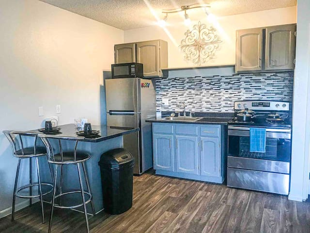 New Stainless Steel Appliances, Fully Equipped Kitchen Set, Dinnerware Silverware, Cookware. Complimentary Water & Snacks!