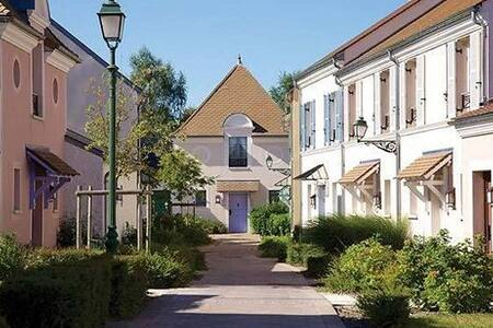 VALLEE VILLAGE-OUTLET SHOPPING - Serris