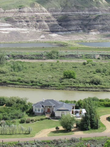 Riverfront private family home - Drumheller - Hus