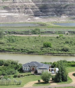 Riverfront private family home - Drumheller - Haus
