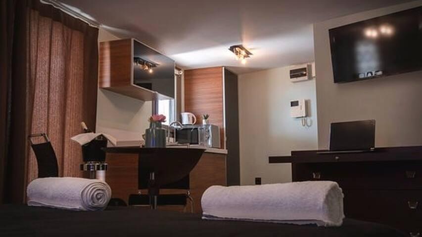 Deluxe οροφοδιαμέρισμα με υδρομασάζ κ' ταρατσόκηπο