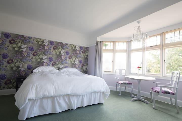 Large ensuite room in house nr sea - Bournemouth - House