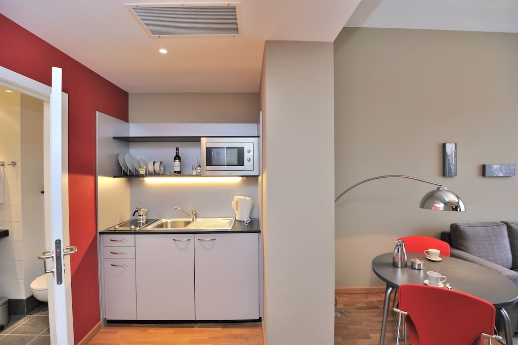 A fully equipped kitchen that includes kitchenware.
