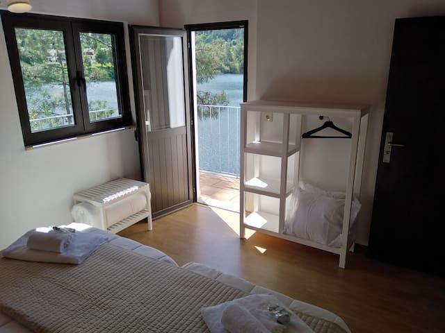 Quarto 2 vista 2 - 2 Camas de Solteiro e varanda / Bedroom 2 view 2 - 2 single beds and balcony
