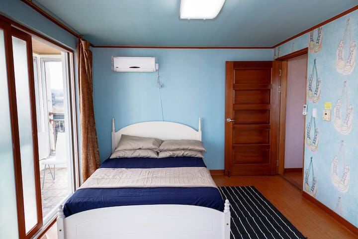 Bedroom with double bed. (Additional sleeping available w/Korean-style floor mattresses.)