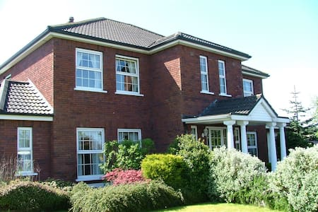 Twin ensuite room & cooked breakfast close airport