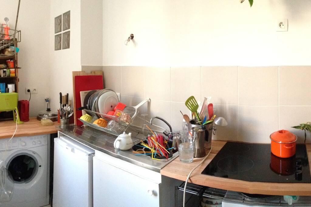 Petite cuisine séparée, équipée ( rangée depuis la photo ! )