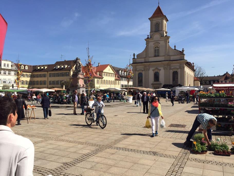 Das Haus liegt unmittelbar am Marktplatz. 10 Fenster bieten freien Blick auf den Marktplatz