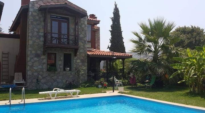 Datça'da yeşillikler içinde havuzlu villa