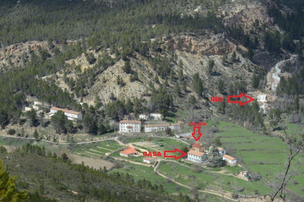 Vista aérea de la casa y el río