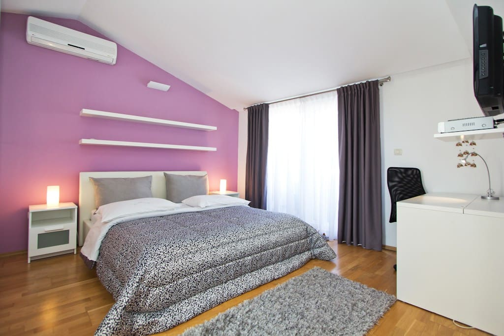 Room with double bed and TV