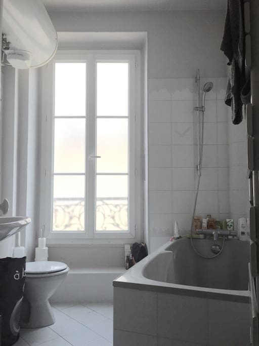 Salle de bain séparée situé dans le couloir et lumineuse